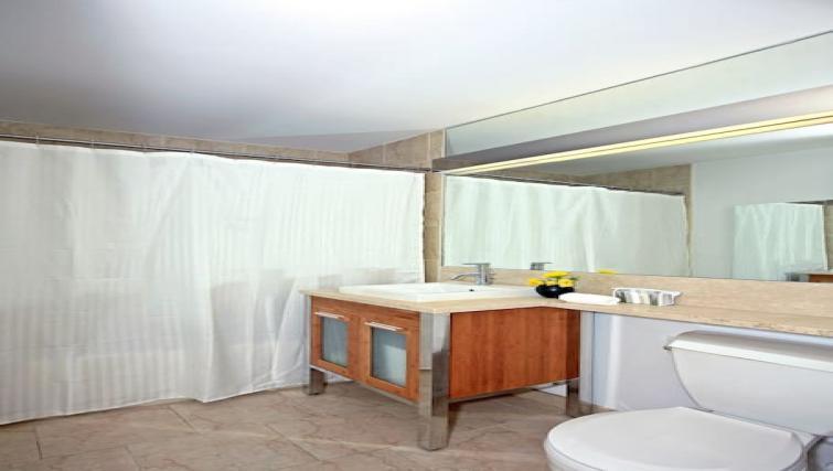 Spotless bathroom at Hanover Square Apartments